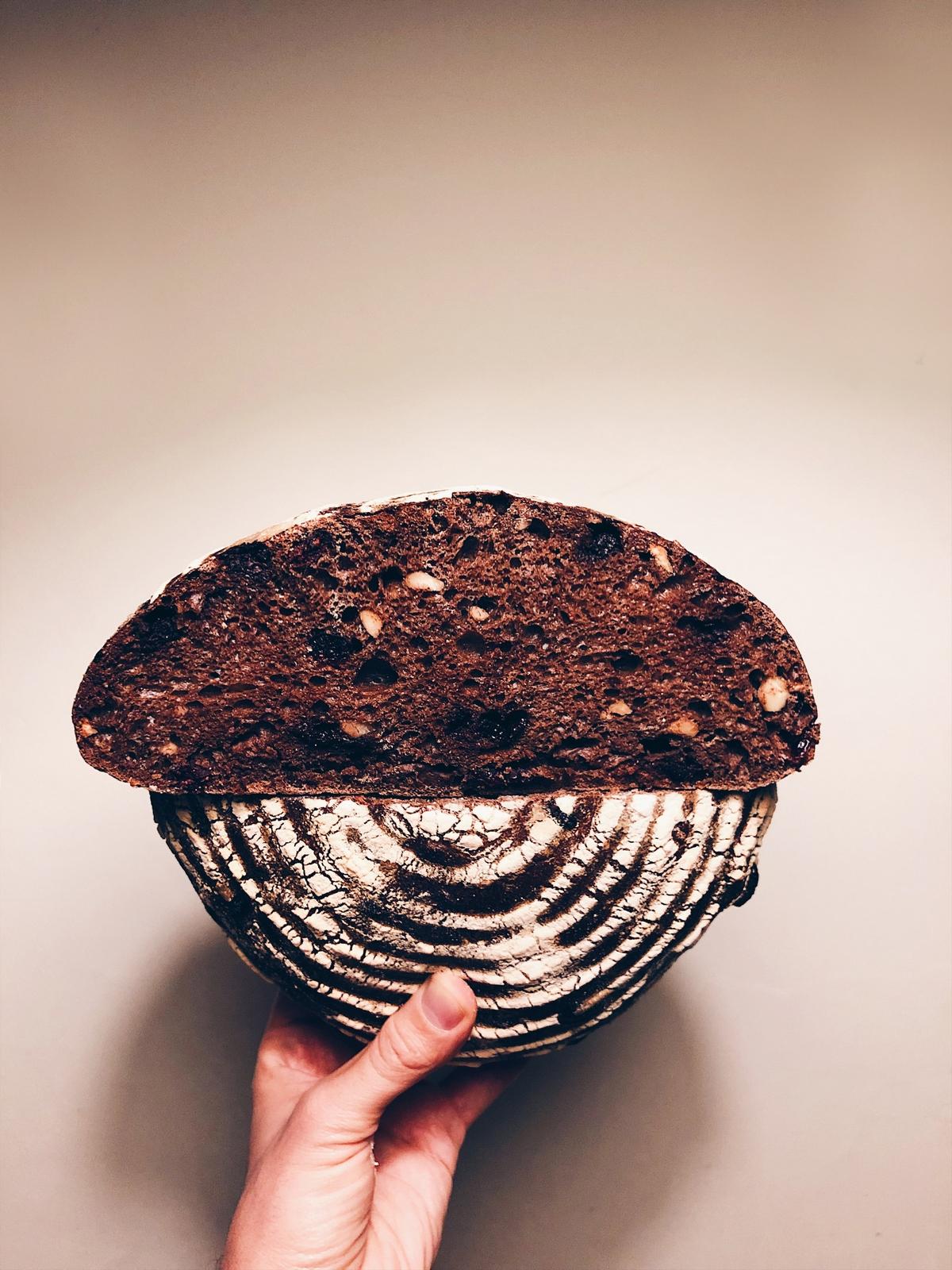 Čokoládový chlieb s kváskom lievito madre, orieškami a brusnicami